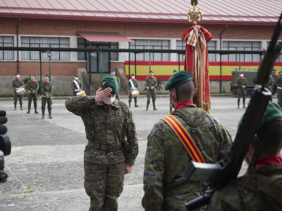 Compañeros del cabo fallecido del Regimiento de Infantería América 66 participan en un acto de homenaje en el Acuartelamiento de Aizoín, Navarra.