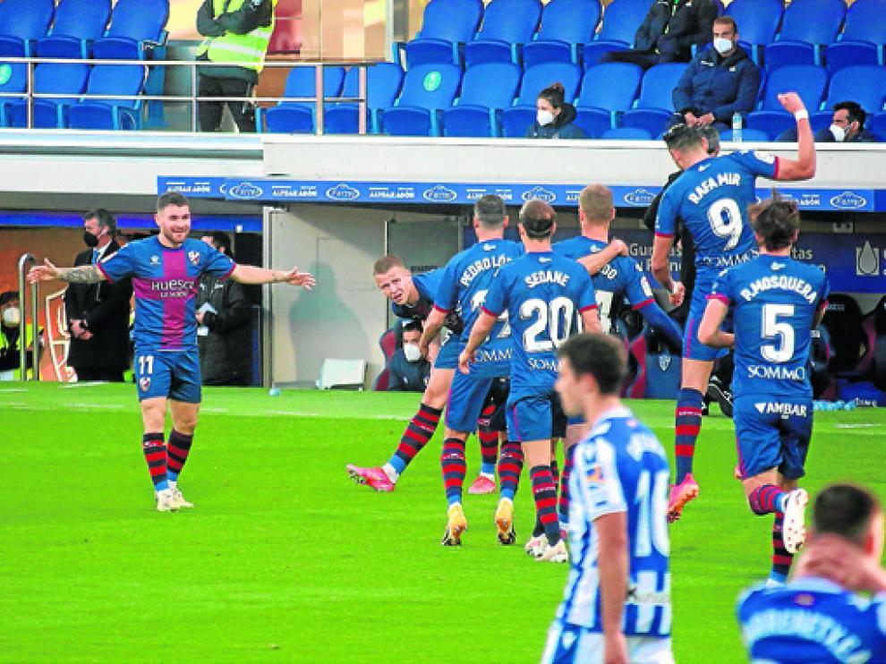 Los jugadores del Huesca celebran el gol de la victoria ante la Real Sociedad.