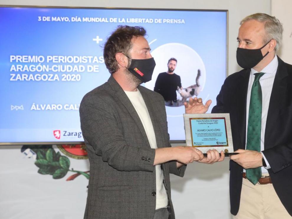 Álvaro Calvo recoge de manos del alcalde Jorge Azcón el Premio Periodistas de Aragón-Ciudad de Zaragoza 2020
