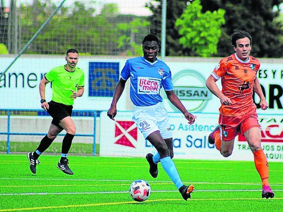Sule controla la pelota en una jugada del partido que disputaron ayer Binéfar y Borja.