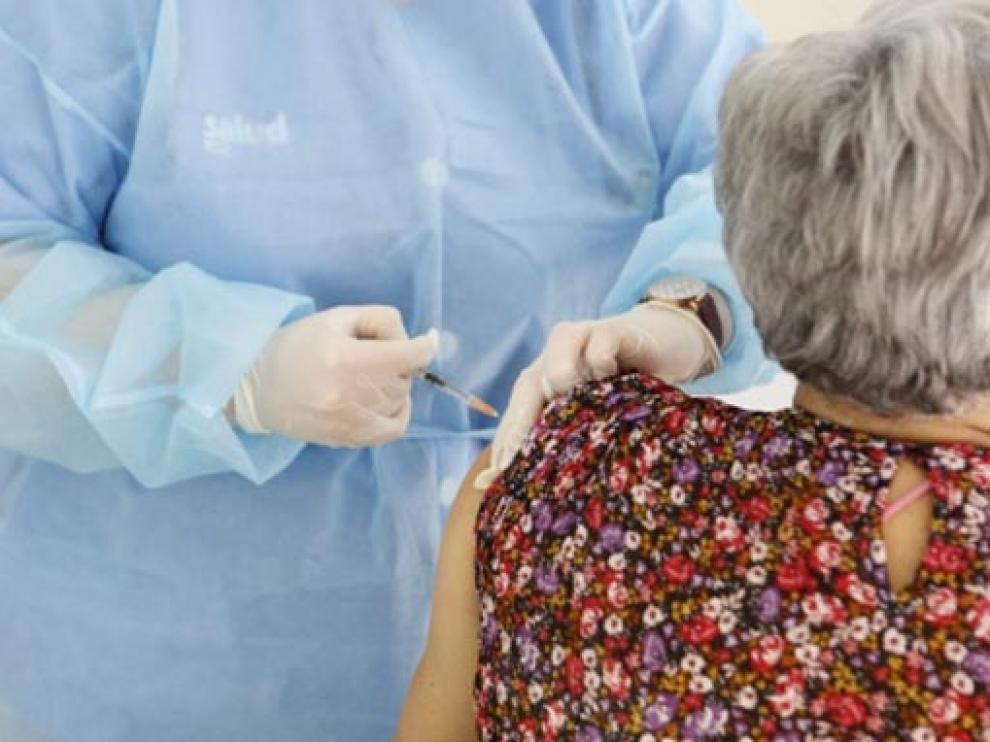 Una aragonesa recibiendo la vacuna contra el coronavirus