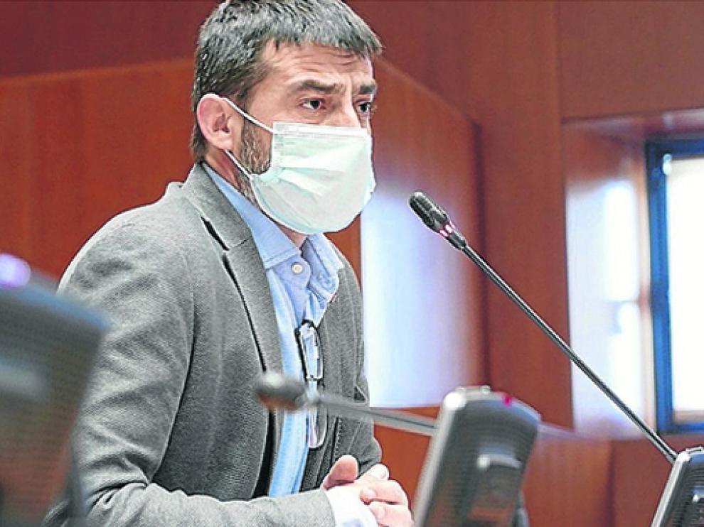 Álvaro Sanz, diputado de IU, durante la sesión de ayer en las Cortes de Aragón.