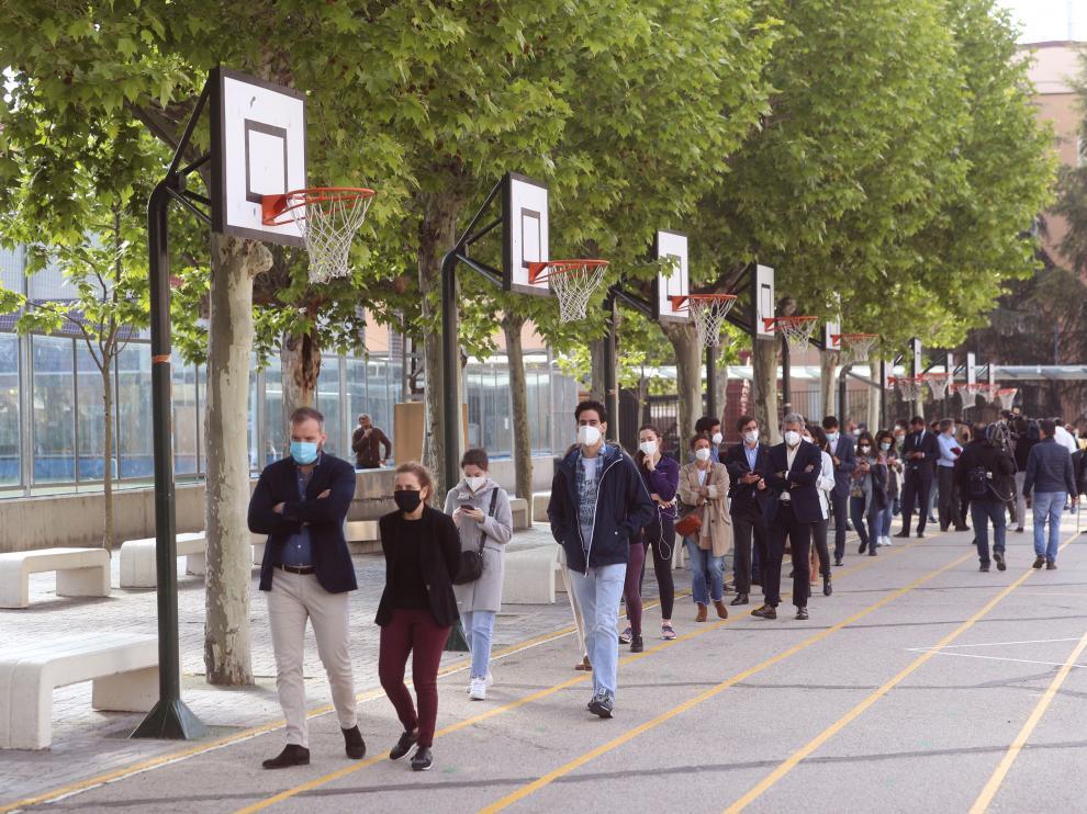 Cola para votar en el colegio electoral de San Agustín de Madrid.