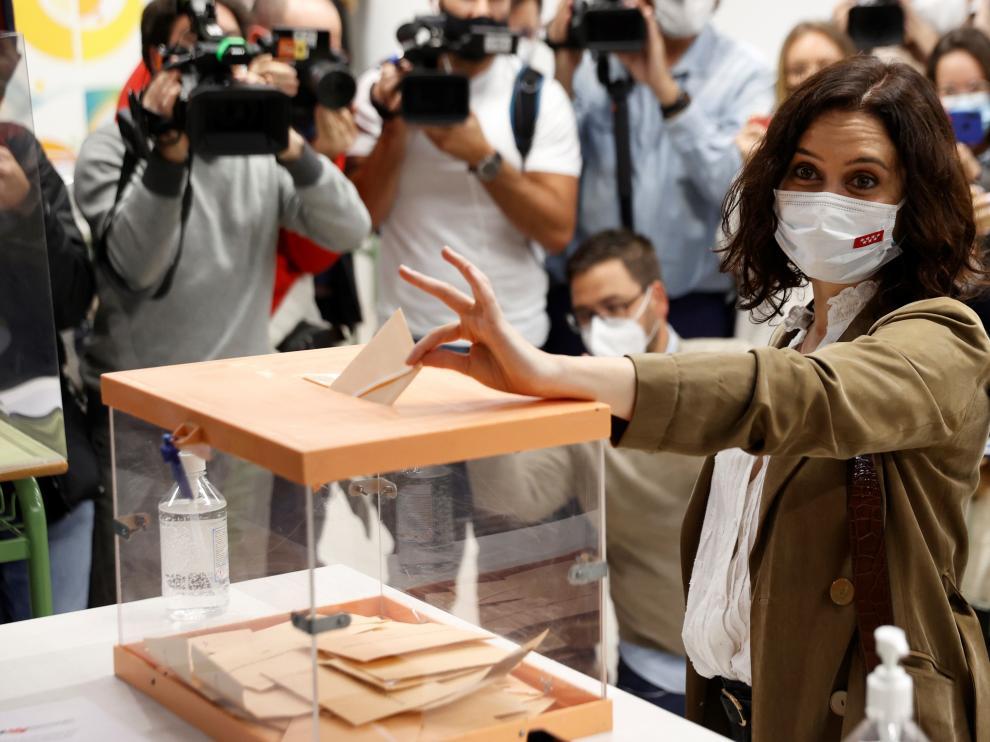 Isabel Ayuso votando