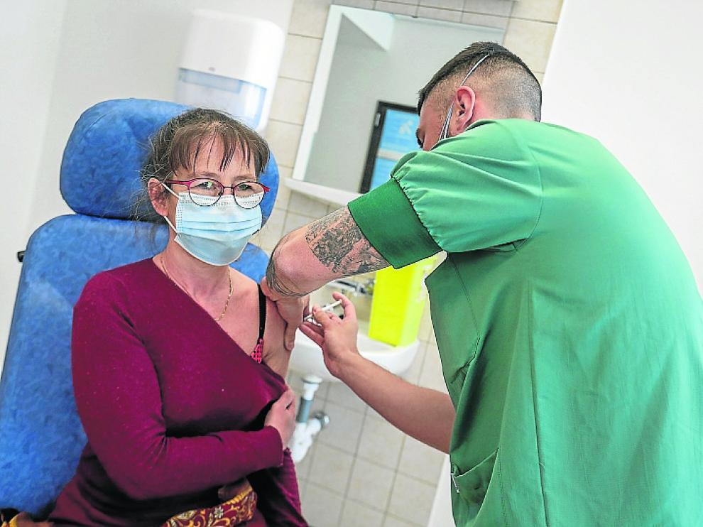 Un sanitario del Ejército belga vacunaba ayer a una mujer en el Hospital Reina Astrid de Bruselas.