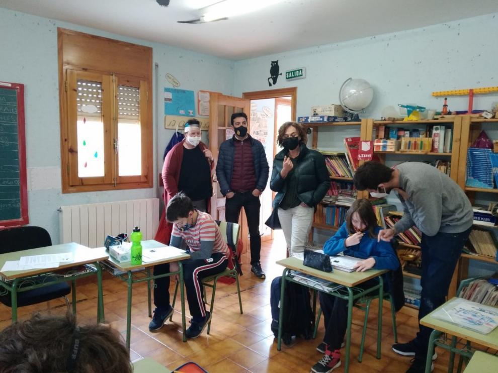 La concejala de Educación, la directora provincial y el alcalde de la localidad durante su visita al centro