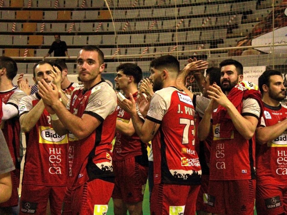 Los jugadores del Bada celebran la victoria ante el Cangas.