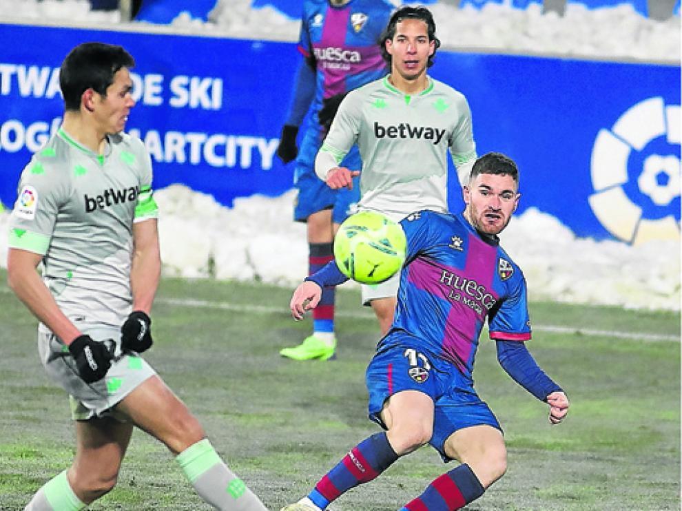 Javi Galán es uno de los quince futbolistas que tienen contrato con el Huesca para la próxima temporada.