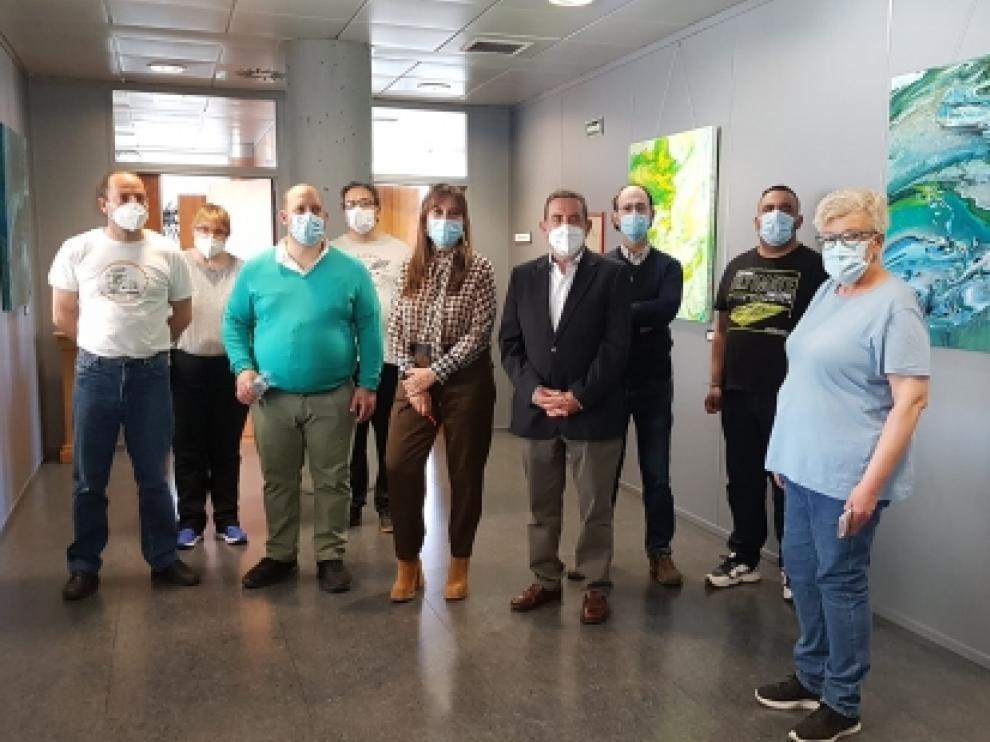 La consejera de Sanidad, Sira Repollés, junto al presidente de la Fundación Rey Ardid, Alfonso Vicente, y los usuarios del Espacio Visiones.