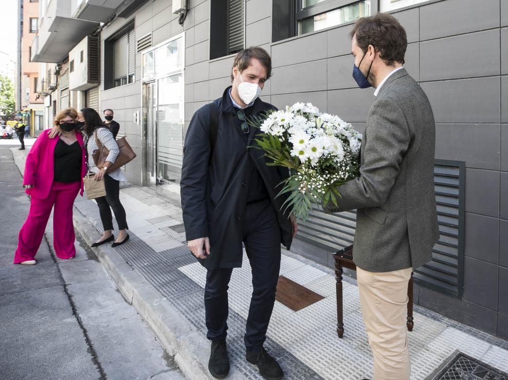 Manuel y Borja Giménez Larraz, en el acto de descubrimiento de una placa ayer en Zaragoza.