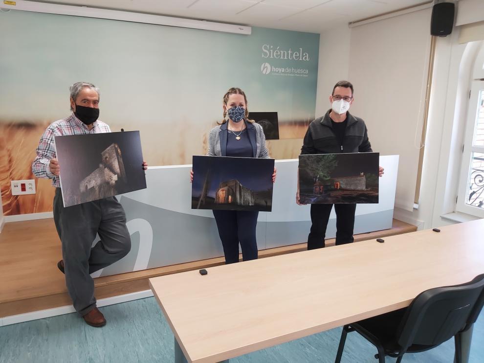 Miguel Escartín, Beatriz Calvo y Diego García con tres de las fotos de la exposición.