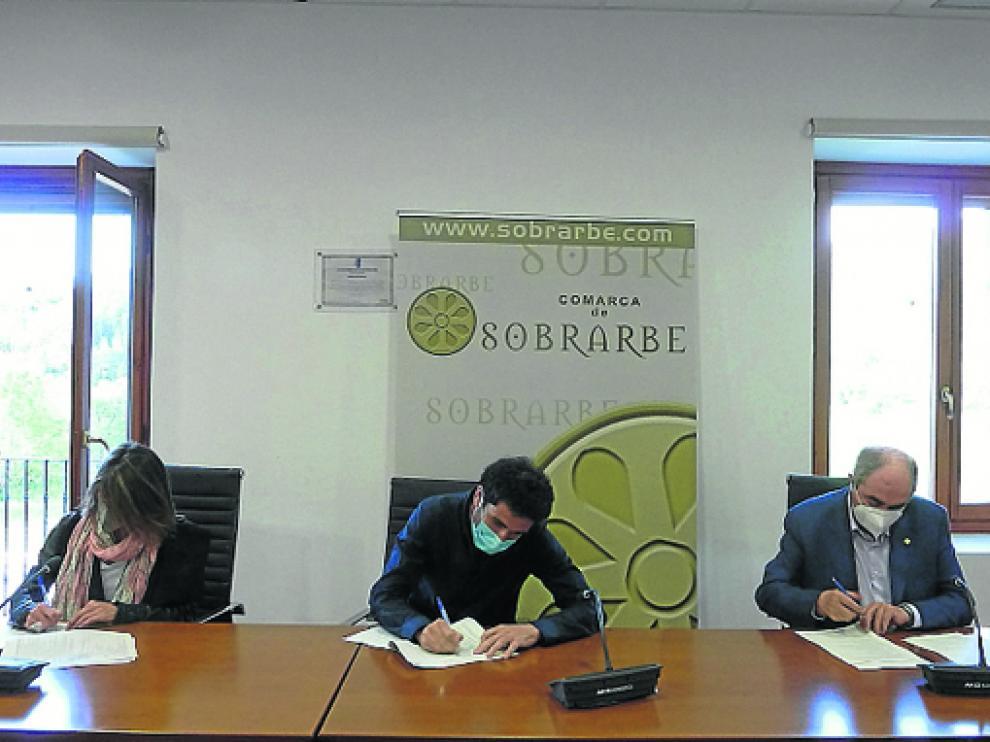 Firma del convenio entre Cámara de Comercio de Huesca, Comarca de Sobrarbe y Asociación Empresarial de Sobrarbe.