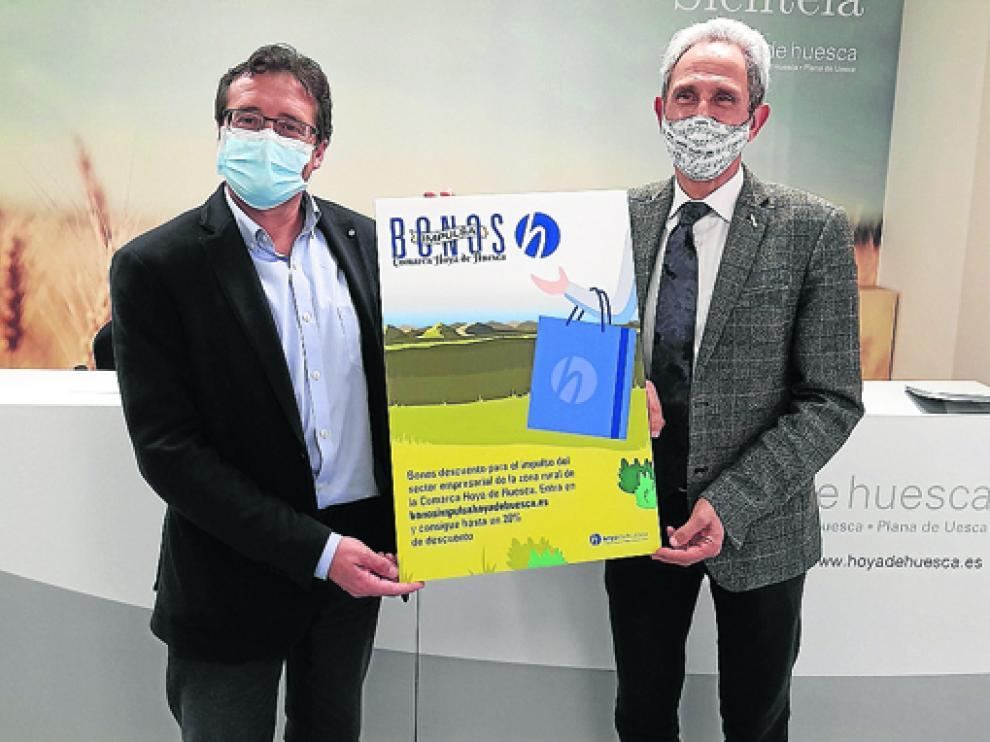 Jesús Alfaro y Salvador Cored muestran el cartel de los Bonos Impulsa de La Hoya.
