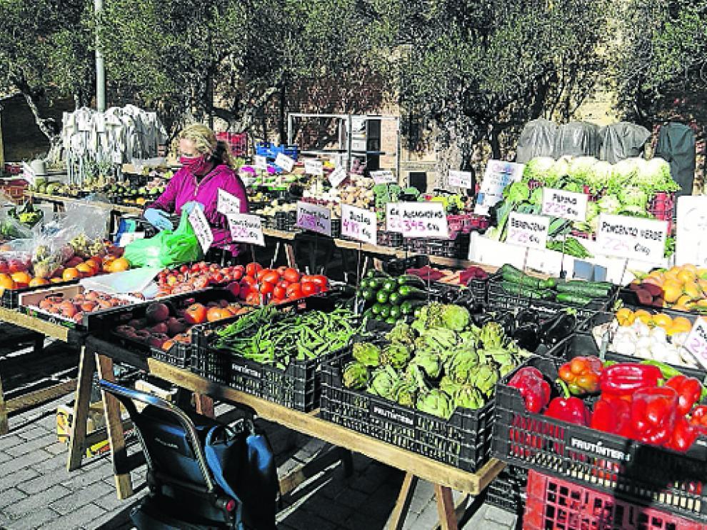 El mercado de frutas y de hortalizas en la plaza de San Francisco regresa hoy a la plaza del Mercado de Barbastro.