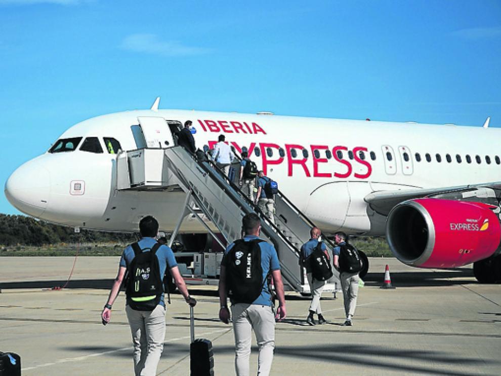 La expedición del Huesca viajó ayer a Cádiz vía aérea desde el aeropuerto Huesca-Pirineos.