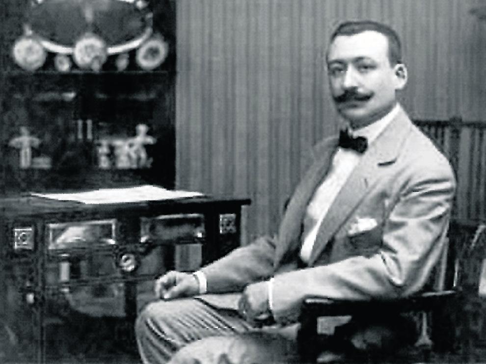 El médico oscense Fidel Pagés Miravé en su despacho.