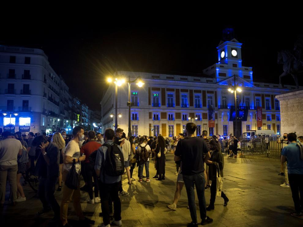 Madrid, 08/05/2021. Ambiente en la Puerta del Sol de Madrid tras el fin del estado de alarma. EFE/Luca Piergiovanni. TOQUE DE QUEDA / FIN ESTADO DE ALARMA