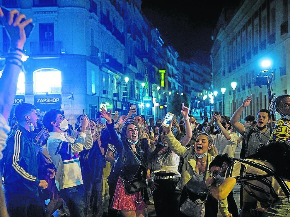 Ambiente la madrugada de ayer en la Puerta del Sol de Madrid tras decaer el estado de alarma.