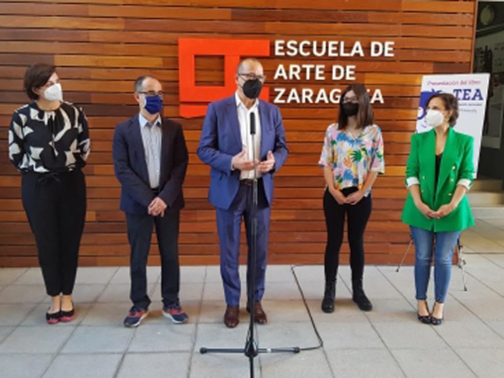 El consejero de Educación Felipe Faci presenta el libro TEA en la Escuela de Arte de Zaragoza