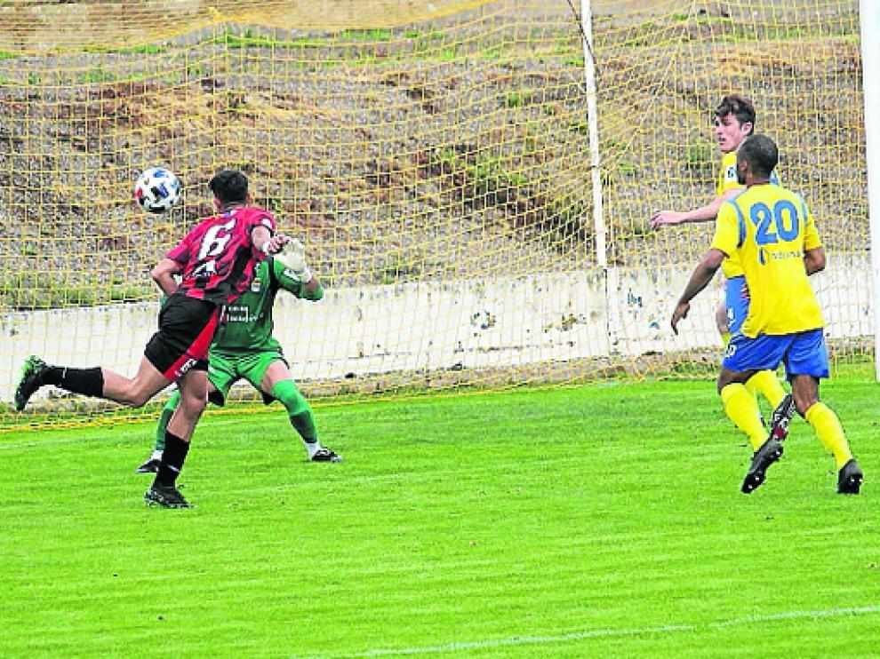 Imagen del tanto con el que Eric Vales, que se estrenó como goleador arlequinado, puso el empate.
