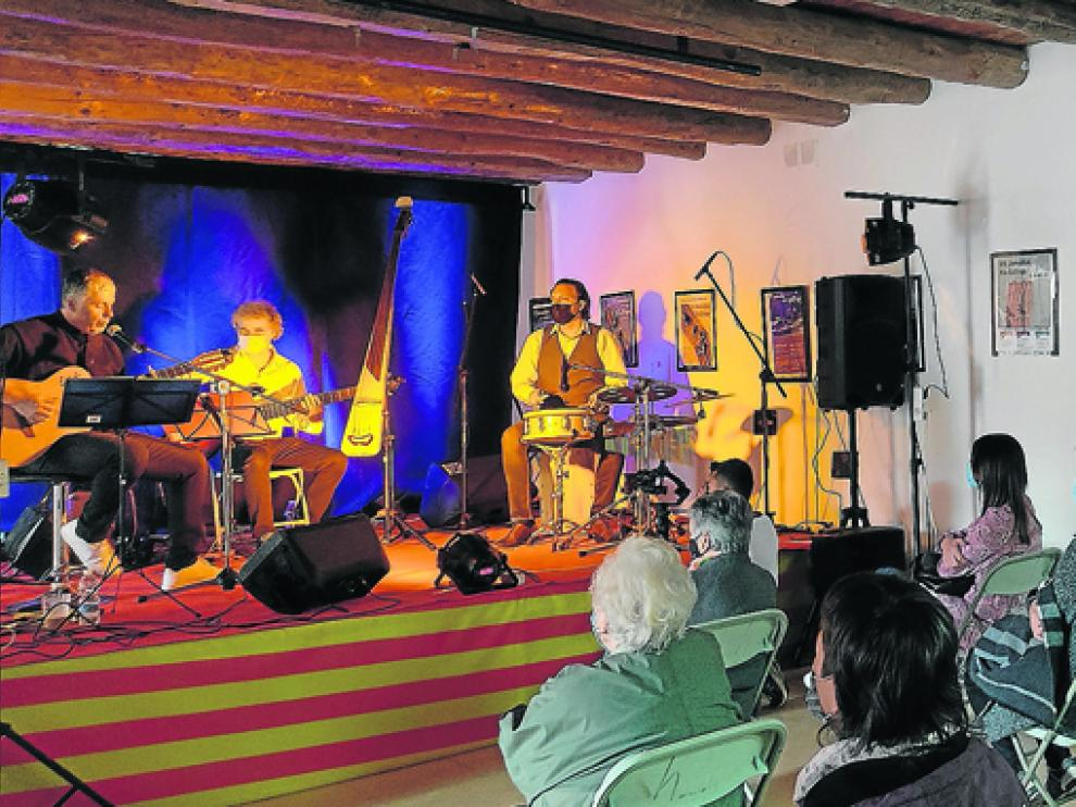 Jota Escudero tuvo que actuar en el Centro Cultural de Biscarrués.