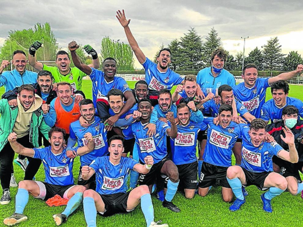 Los jugadores del Binéfar celebraron la clasificación al play off sobre el césped de Jumaya.