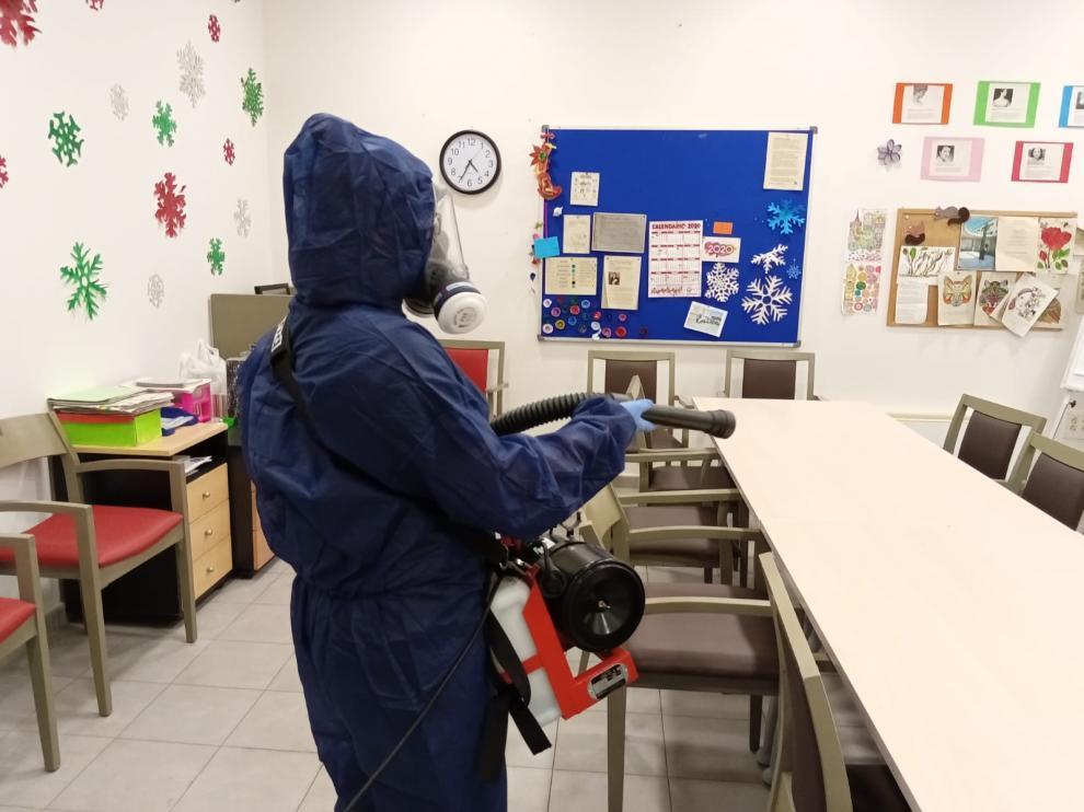 Los operarios de Emprey se encargan de la limpieza de instalaciones con todas las garantías.