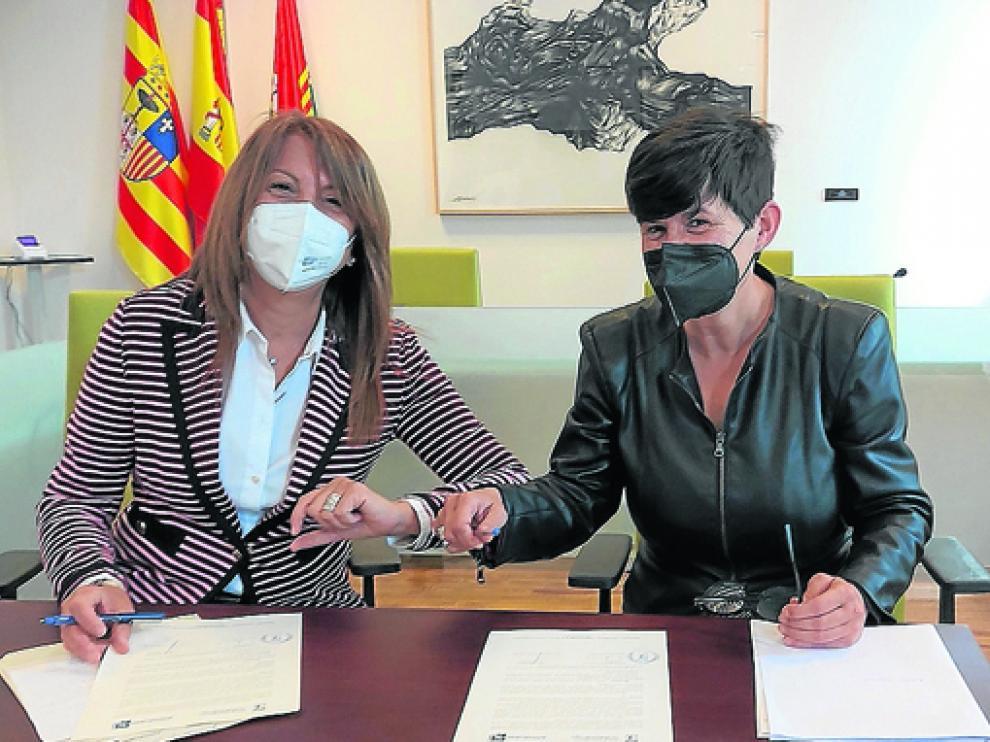 Berta Fernández y Lourdes Arruebo rubricaron ayer el convenio de cesión.