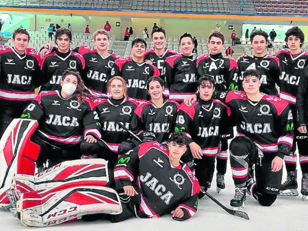 El equipo Sub 18 del CH Jaca, tras clasificarse para las semifinales de la Liga.