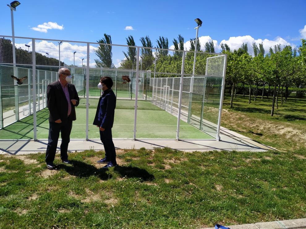 José María Romance y Abel Pardo, junto a las pistas y el terreno donde van a ir ubicadas las nuevas.