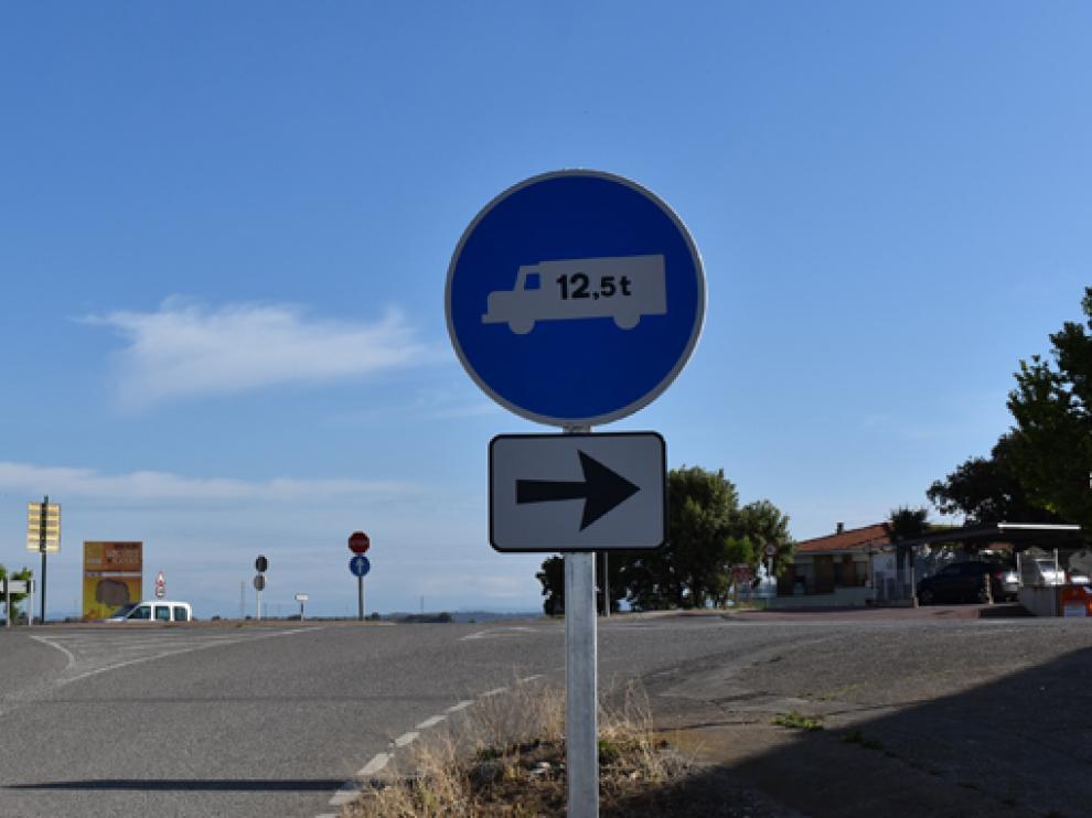 Nueva señalización prohibiendo vehículos pesados en la zona urbana de Monzón