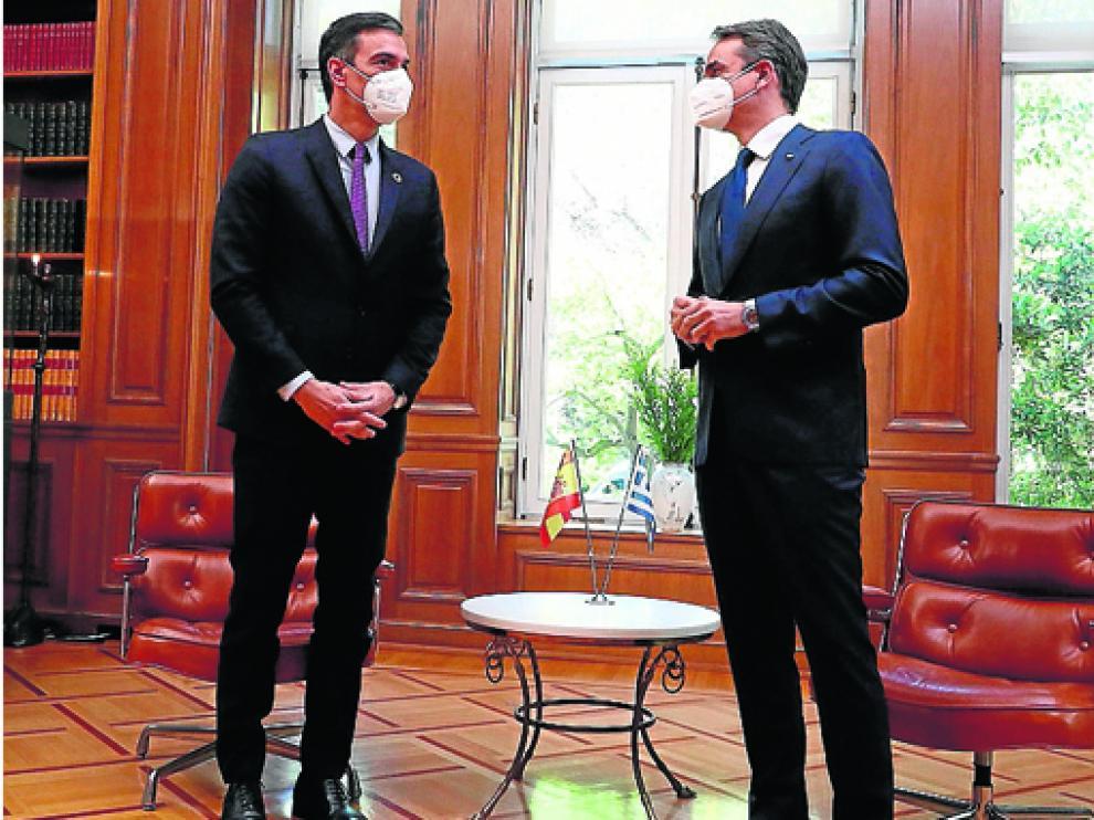 Pedro Sánchez conversa con su homólogo griego, Kyriakos Mitsotakis.