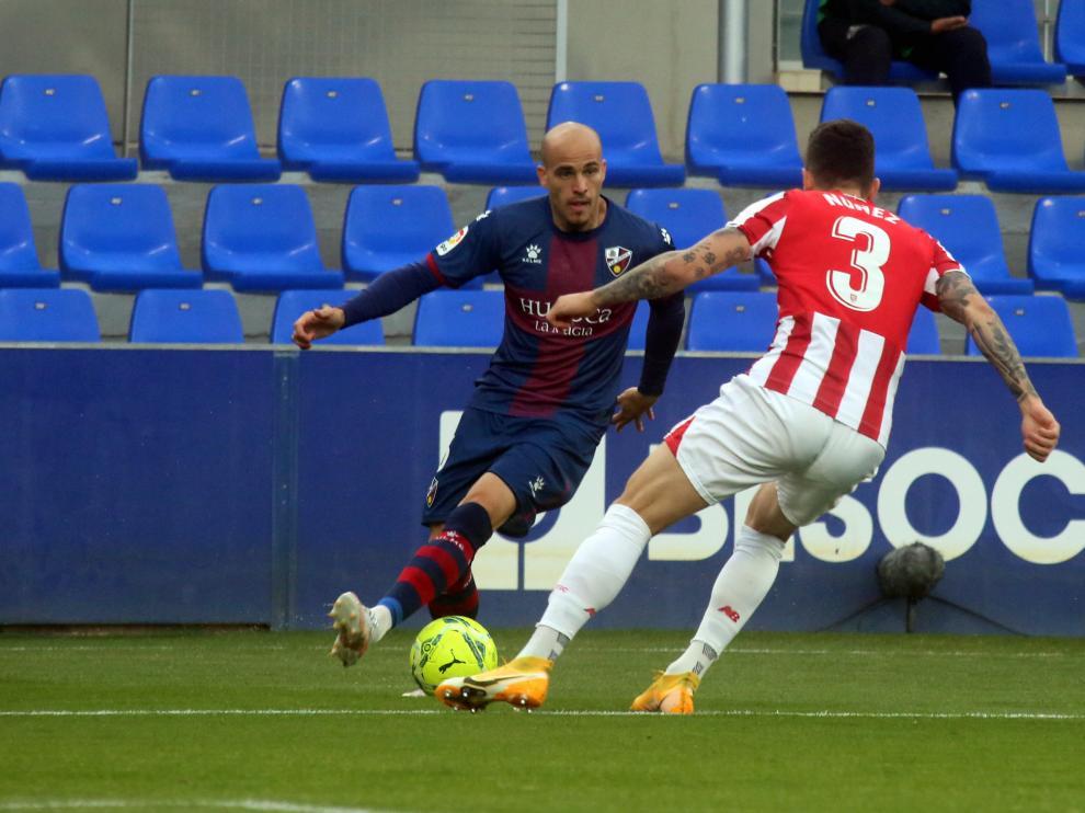 Sandro controla el balón ante Núñez en el Huesca-Athletic.