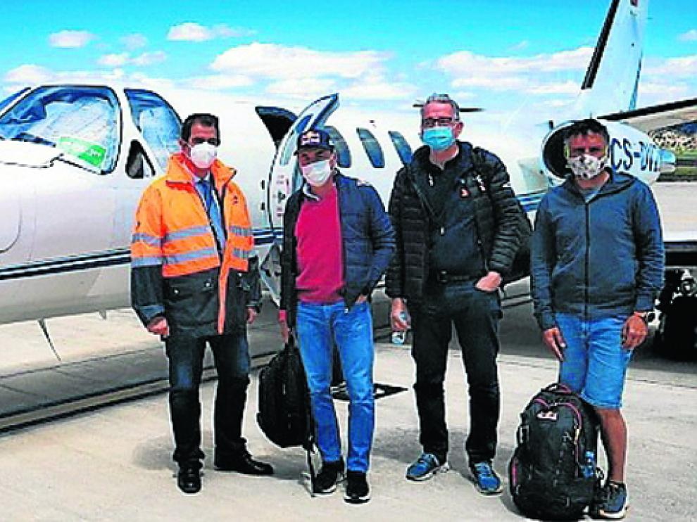 Viajeros del primer vuelo con pasajeros del Aeropuerto de Teruel.