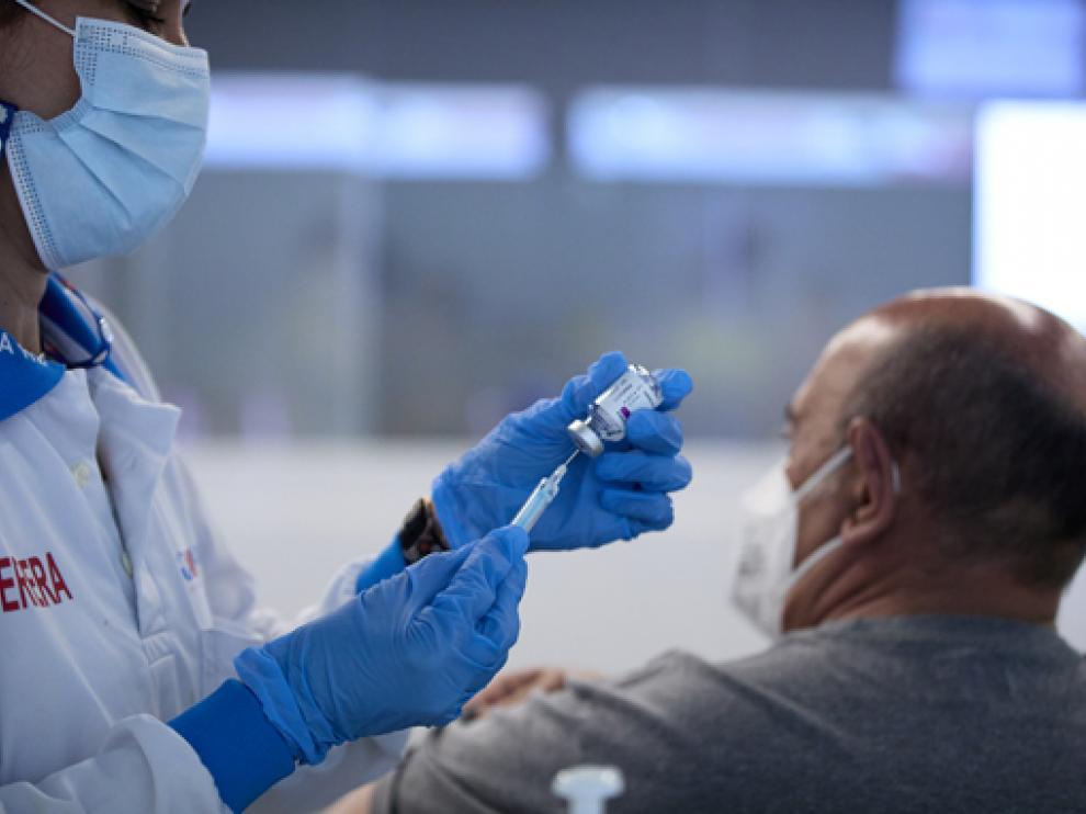 Alternar dosis de vacunas diferentes puede tener efectos secundarios
