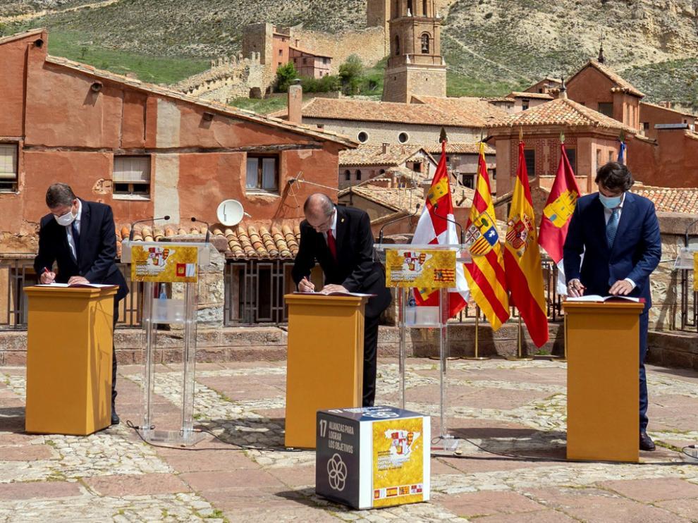 De izquierda a derecha, los presidentes de Castilla-La Mancha, Emiliano García-Page; Aragón, Javier Lambán, y de Castilla y León, Alfonso Fernández Mañueco.