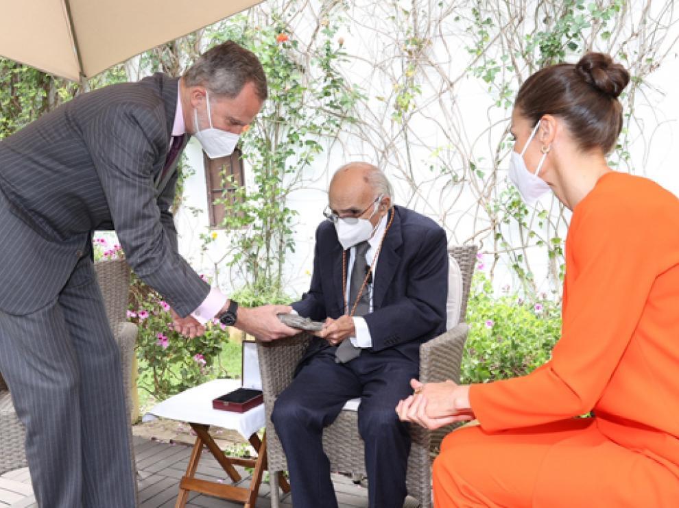 Felipe VI entregando al escritor la escultura y la medalla acreditativas del premio más importante de las letras hispanas.