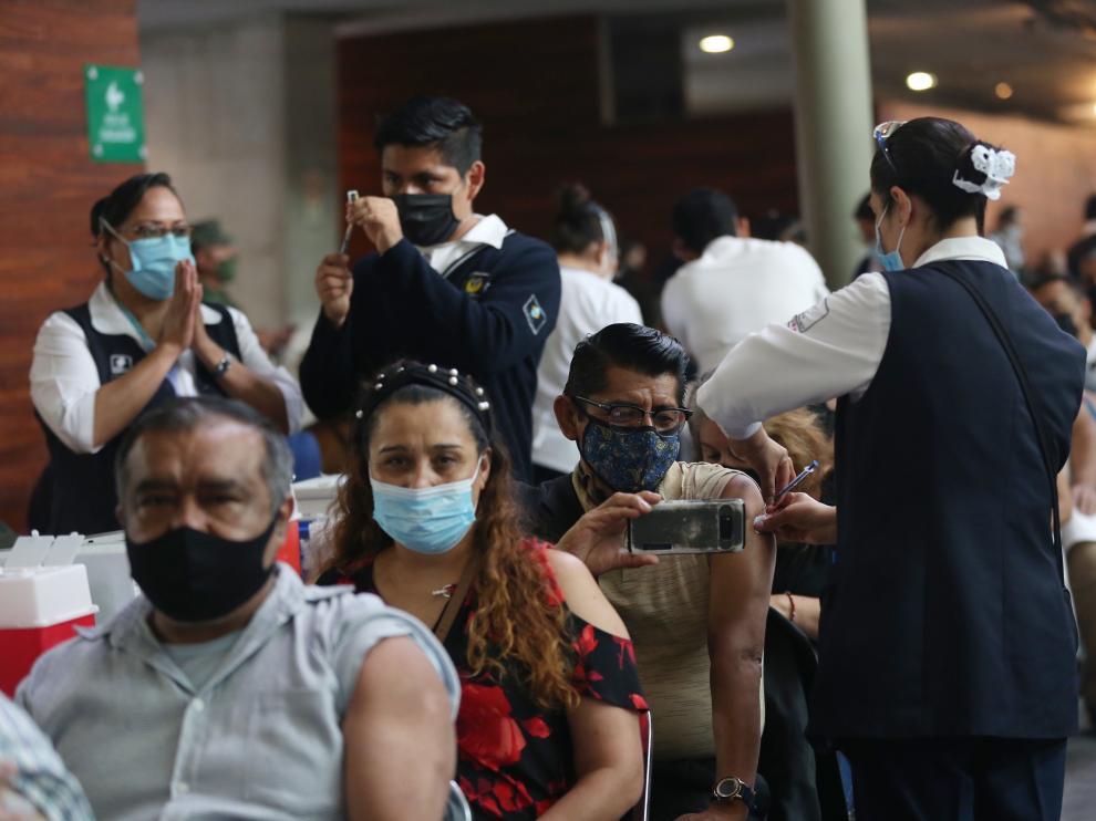 Vacunación masiva contra el coronavirus ayer en la Ciudad de México.