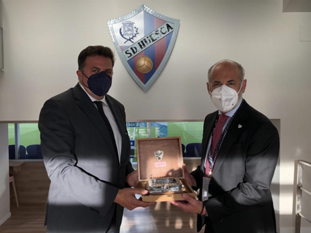 El consejero delegado del Huesca, Manolo Torres, con el presidente del Athletic, al que agasajó.