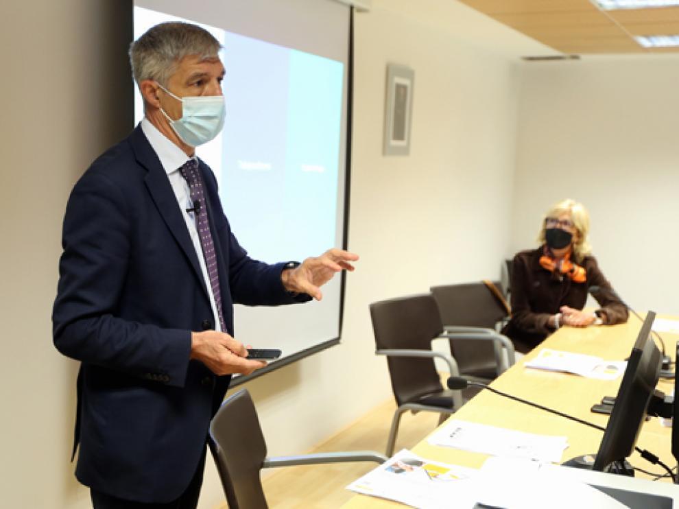 Ignacio Ramos y Silvia Salazar presentaron ayer el nuevo portal de la Seguridad Social.