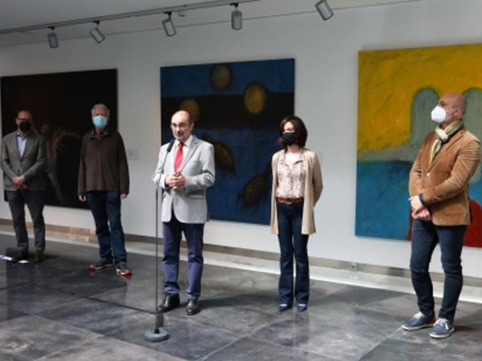 Javier Lambán visita la exposición de Víctor Mira en el Centro de Arte y Exposiciones de Ejea