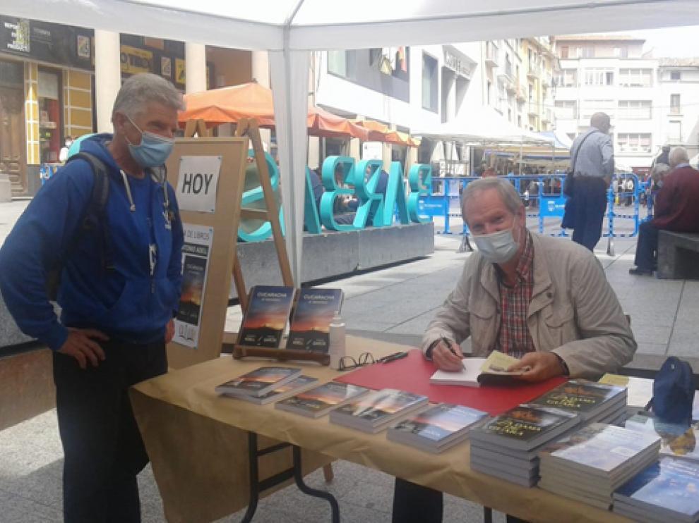 José Antonio Adell firmando ejemplares en Barbastro
