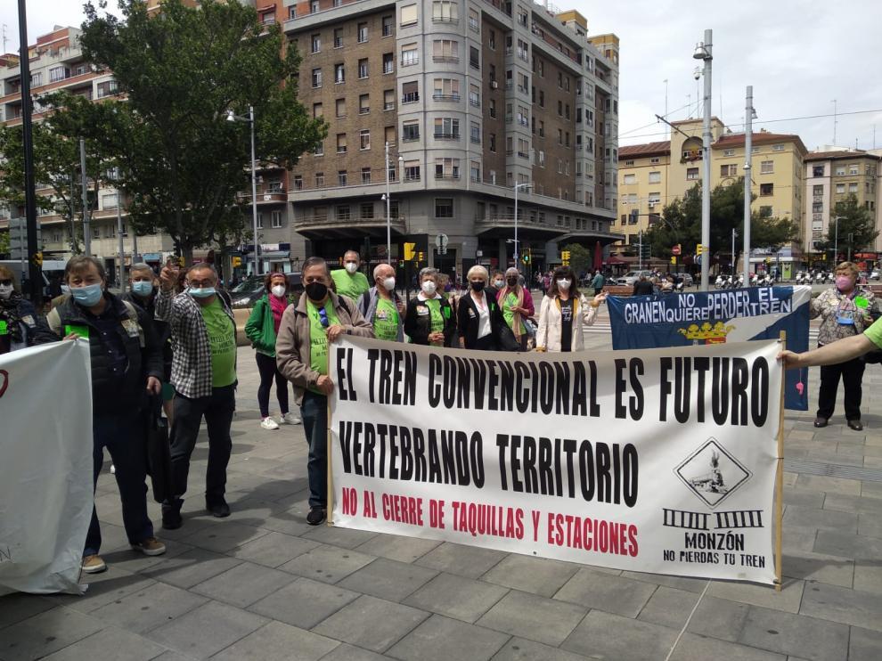 Miembros de la plataforma Aragón No Pierdas Tu Tren, en la estación Zaragoza-Goya