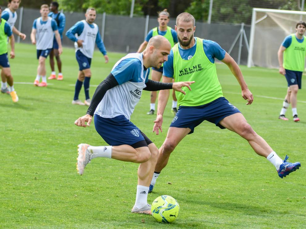 Sandro controla el balón ante Pulido en el entrenamiento de este sábado.