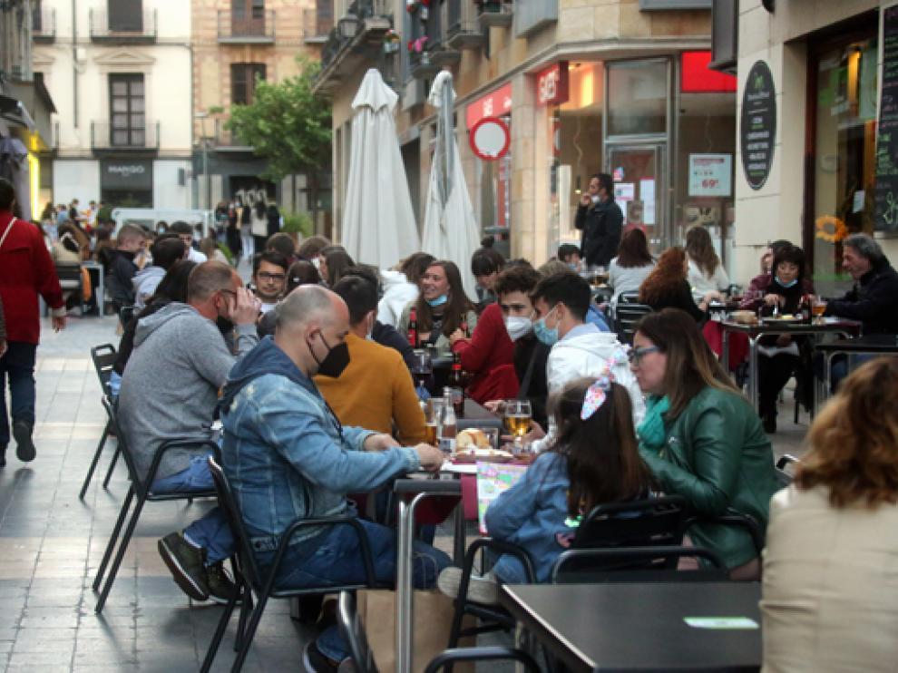 Una concurrida terraza, ayer tarde en la calle Padre Huesca.