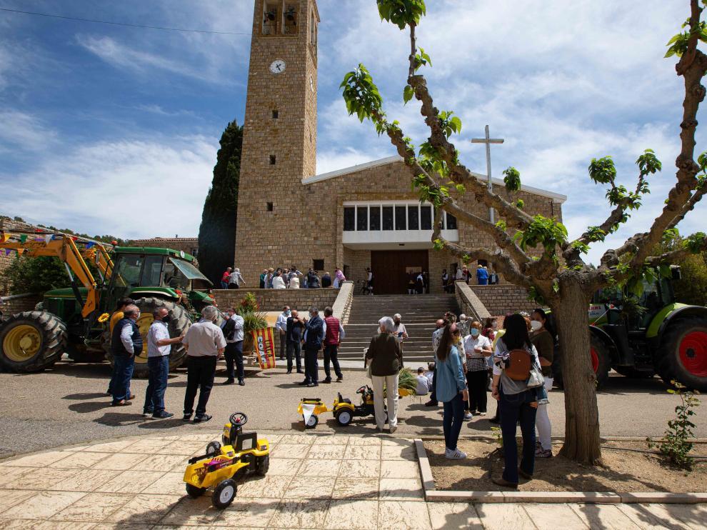 En Sodeto, los vecinos acudieron a la misa baturra y engalanaron sus tractores.