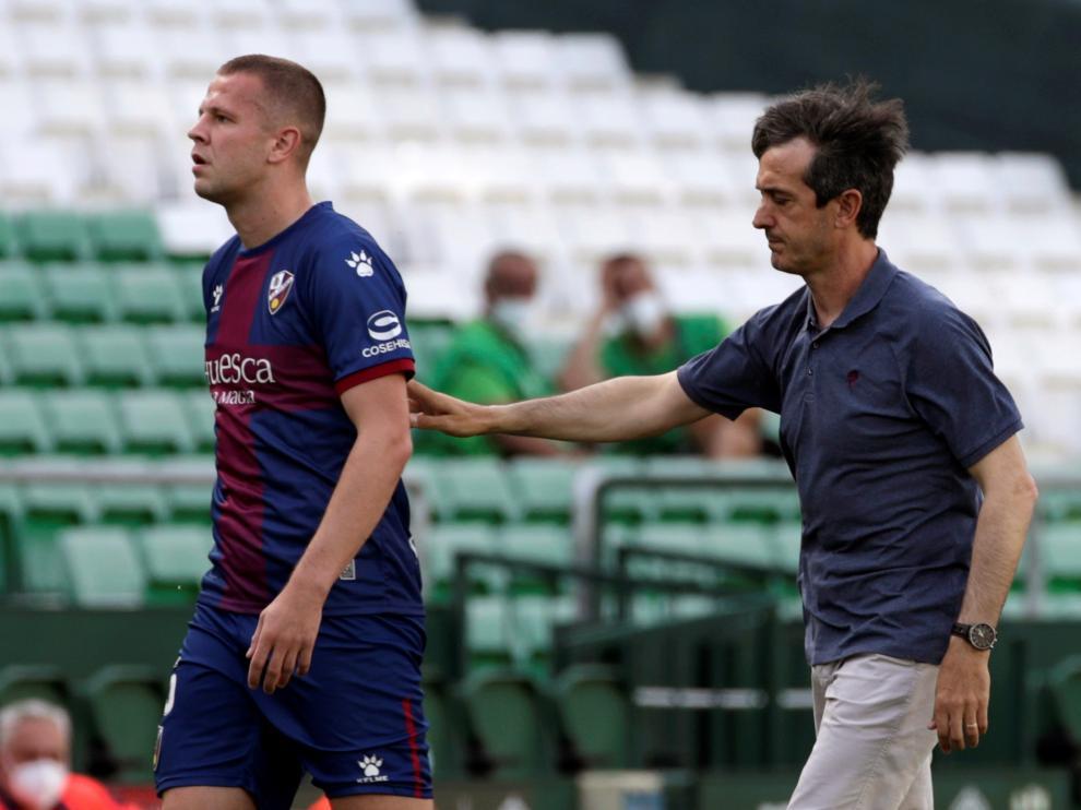 Pacheta acompaña a Vavro, que se retiró lesionado en la primera mitad