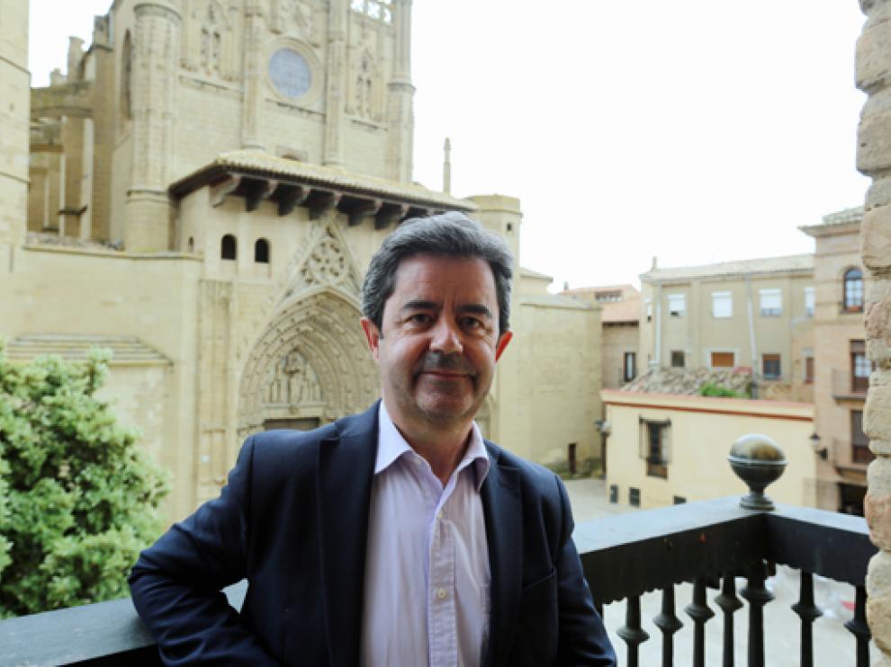 Luis Felipe, alcalde de Huesca, en el balcón del ayuntamiento