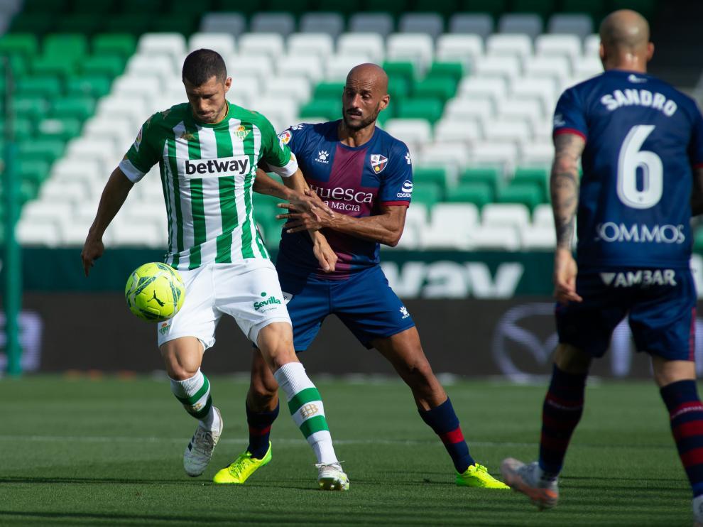 Guido, entre Mikel Rico y Sandro Ramírez en el Betis-Huesca
