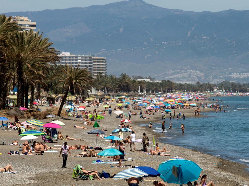 Numerosas personas disfrutan de la playa en Carihuela de Torremolinos, Andalucía, en el día de ayer.